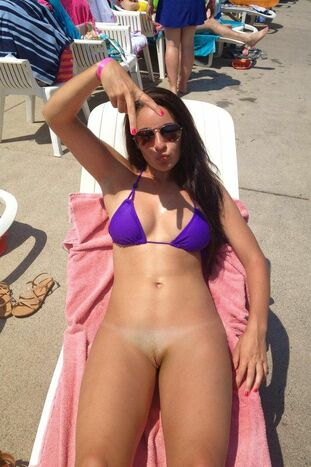 Teenager coed on the beach, ahaved vag